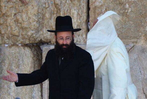 Fue recibido por uno de los rabinos más importantes de la ciudad.