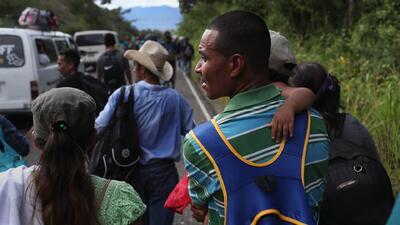 Desafiando el peligro, miles de inmigrantes hondureños cruzan la frontera con Guatemala