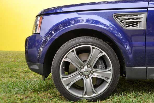 Tiene rines de aleación de aluminio y grandes neumáticos, necesarios par...