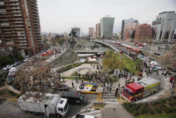 Una vista aérea de la movilización de cuerpos de bomberos y policías en...