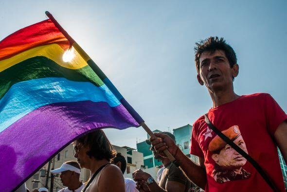 Unos 500 hombres, mujeres, homosexuales y transgénero con coloridas ropa...