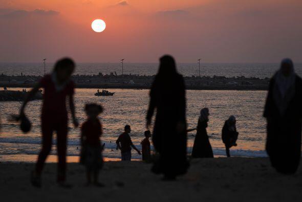 Familias palestinas caminan en la playa en la ciudad de Gaza despu&eacut...
