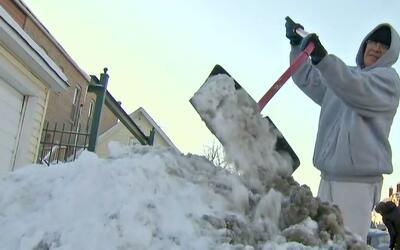 Residentes de Chicago deben limpiar la nieve frente a sus casas bajo gél...