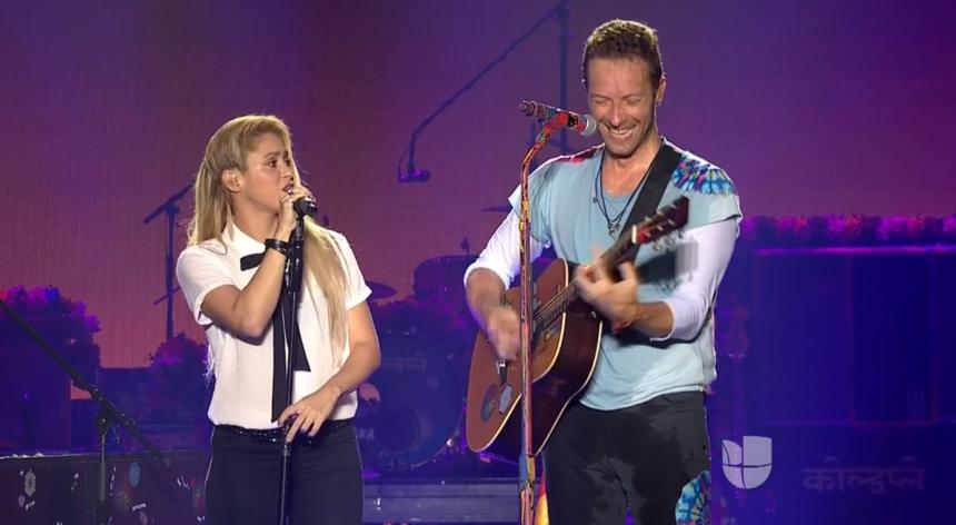 Shakira y Chris Martin de Coldplay durante su participación en Premios J...