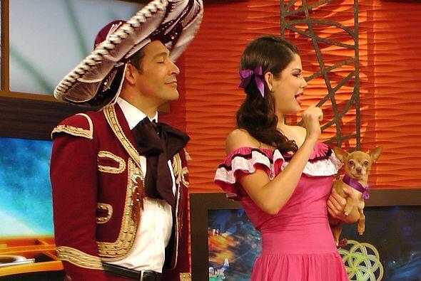 Johnny lucendo junto a Ana Patricia en su traje de charro.