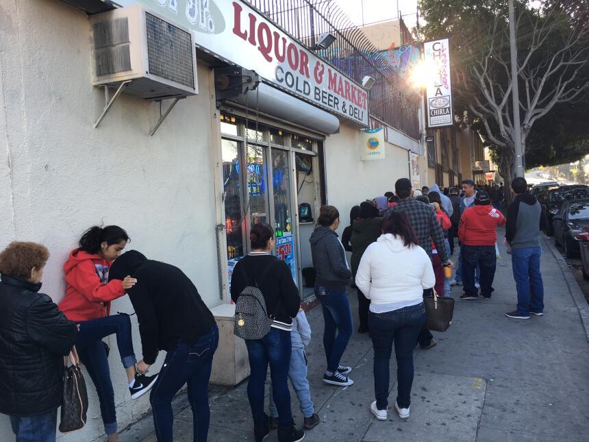 Decenas de personas esperan afuera de las oficinas de la Coalición pro D...