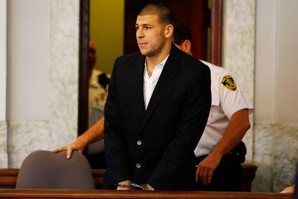 Aaron Hernández, ex ala cerrada de los New England Patriots, fue acusado...