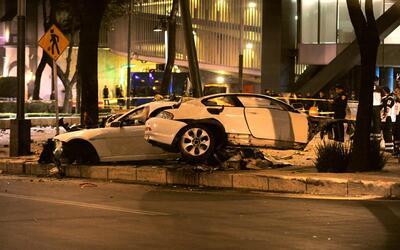 Así quedó el BMW de color blanco que choque contra un post...