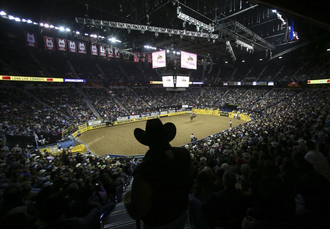 La rudeza e intesidad de los Nacionales de Rodeo en Las Vegas AP_1633823...