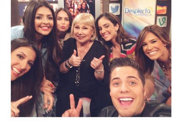 """Mega selfie con @cristinasaraleguitv aquí @despiertaamericatv qué place..."