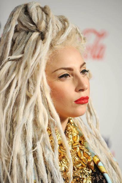 Un cabello mega 'blondie', casi blanco, con peinado  a base de 'rastas'...