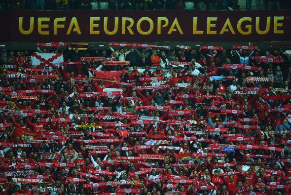 La afición del Sevilla que se hizo presente en el estadio celebró un cam...