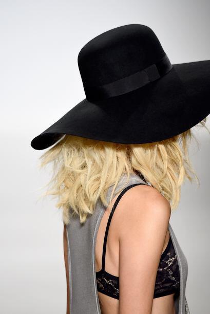 Escoge un tamaño adecuado: A la hora de comprarte sombreros, pruébate va...