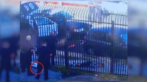 En el círculo rojo se señala el arma que presuntamente tenía el menor.