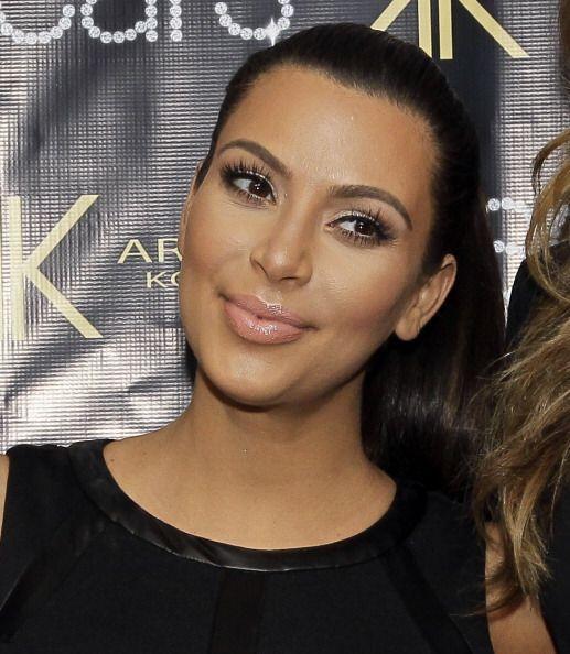 Sabemos que Kim Kardashian no sabe de maquillaje cuando la vemos usando...