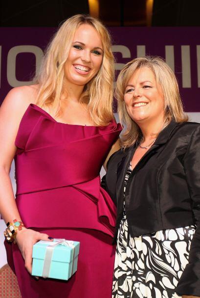 Caroline Wozniacki posa junto a la CEO de la WTA Tour, Stacey Allaster,...
