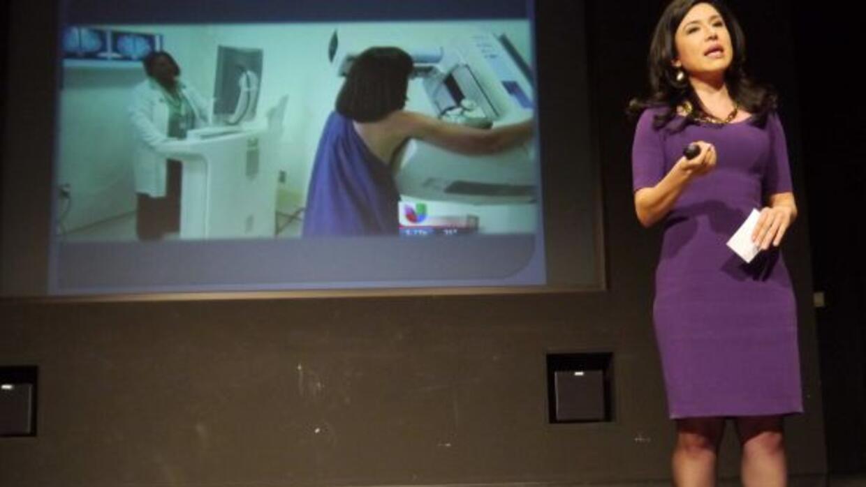La reportera de Noticias Univision Chicago ofreció un discurso sobre las...