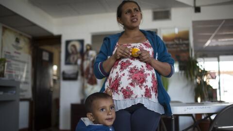 Ana, hondureña de 28 años, merienda en la Casa del Migrante, en Ciudad J...