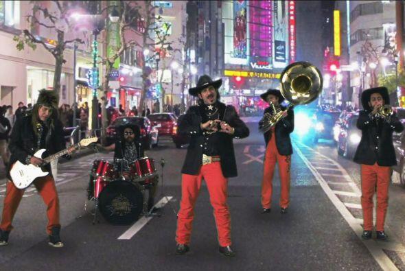 """Así que """"Los Héroes del Norte"""" se van a cantar a las calles de Tokio."""