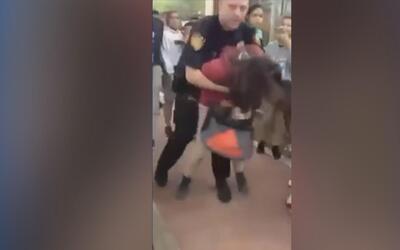 Policía escolar de Texas golpea contra el piso a una niña