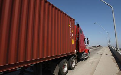Conductores de camiones que transportan mercancía para XPO Logistics en...