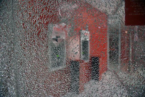 El grupo de jóvenes rompió vidrios y lanzó poedras contra los comercios.