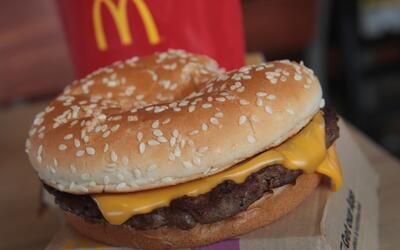 Una hamburguesa de McDonald's en una tienda de Effingham, Illinois