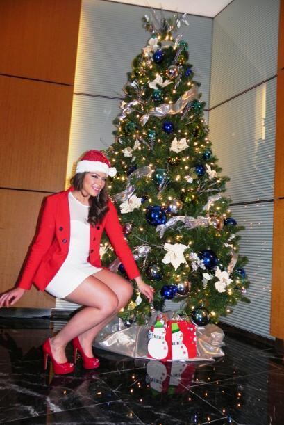 También posó con los regalos luciendo guapísima de rojo y blanco.