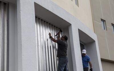 Un habitante de San Juan prepara su casa para el huracán Maria.