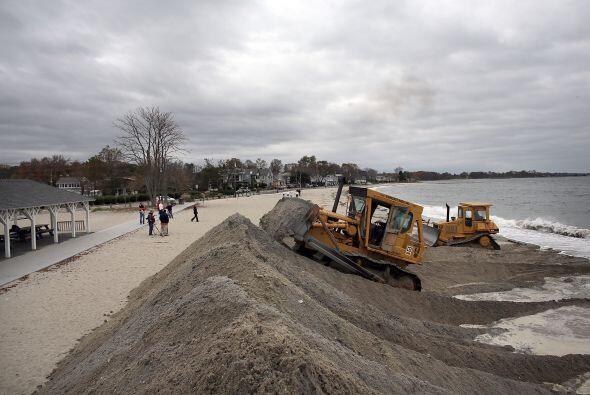 Los sacos de arena se apilan ya en zonas vulnerables de Washington o ciu...