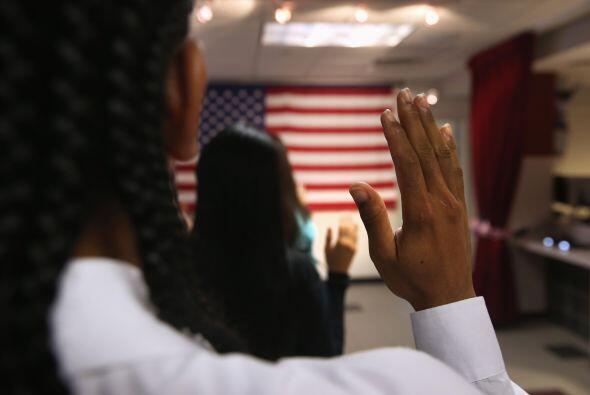 Inmigrantes toman el juramento de lealtad a EEUU el 16 de agosto pasado,...