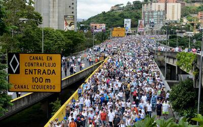 La gente se ha tomado las calles, incluida la autopista más impor...