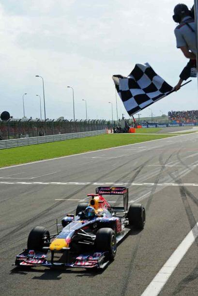Vettel cruzó la meta con casi nueve segundos de ventaja sobre Webber.