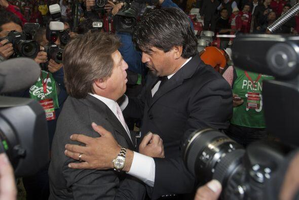 Fraternal saludo entre Miguel HErrera y José Cardozo, dos técnicos muy p...