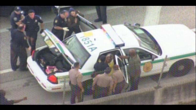 Una mujer que había sido arrestada por desorden público pateó la ventani...