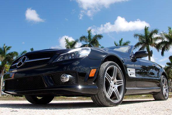 El Mercedes-Benz SL63 viene con una distintiva máscara delantera AMG not...