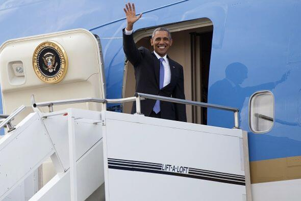 Barack Obama, abordando el Air Force One para viajar a Etiopía.