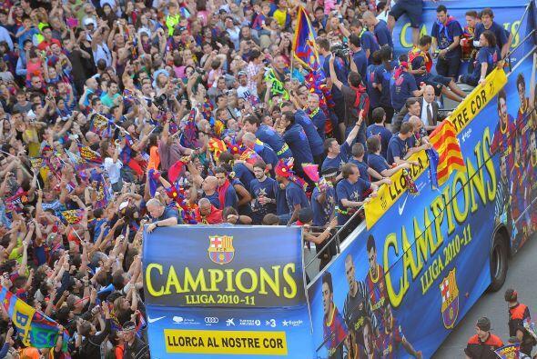 Los argentinos Gabi Milito, Leo Messi y Javier Mascherano, también agrad...