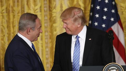 El primer ministro de Israel Benjamin Netanyahu estrecha la mano del pre...