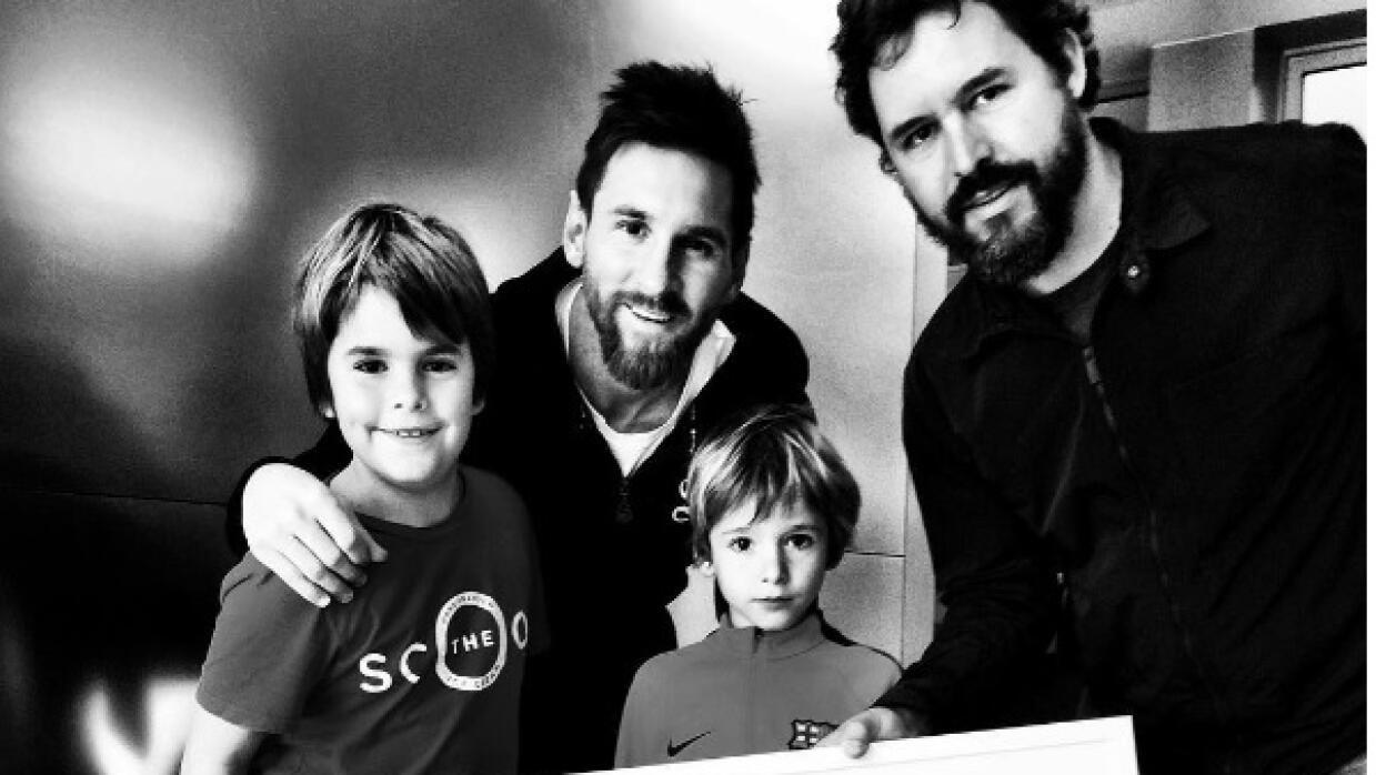 Lionel Messi y Santiago Garcés con su familia.