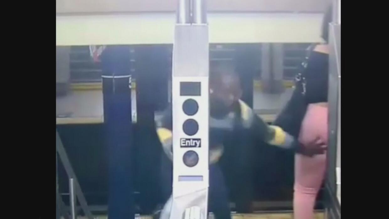 En video: Un hombre manosea a una mujer en una estación del subway de Nu...