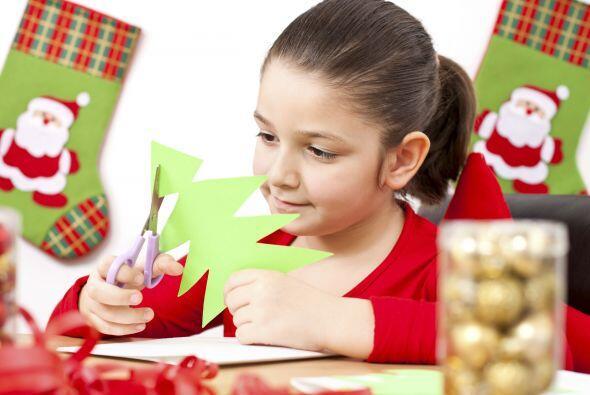 Árbol de Navidad en papel. Ayuda a tus niños a recortar pequeños árboles...