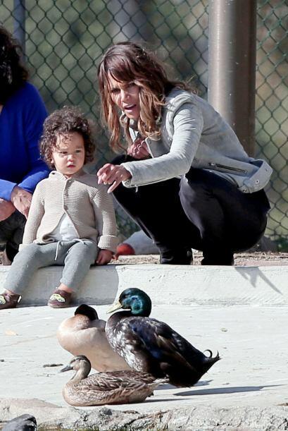 Halle y Maceo fueron a visitar un estanque con patos en el parque.