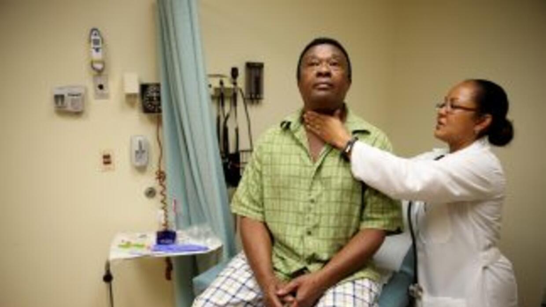La doctoraPeria Del Pino-White atiende a un recién asegurado en Florida...