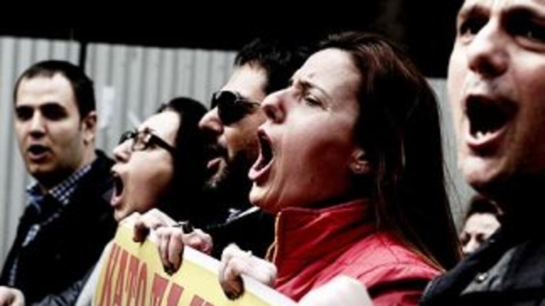 Grecia se encuentra sumida en una grave crisis financiera y amenaza con...