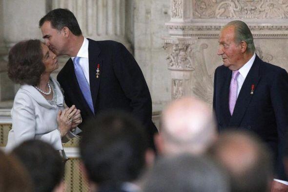 El Príncipe de Asturias besa a la Reina Sofía, ante la mirada del rey Ju...