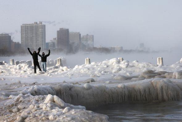 Estos hombres desafiaron el frío y se aventuraron a caminar alrededor de...
