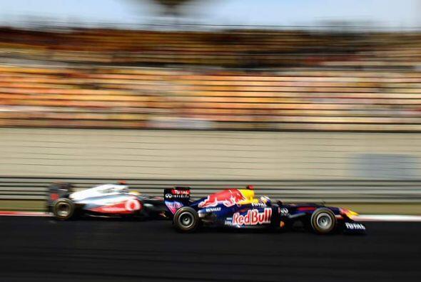 Los autos de la Red Bull aprovecharon el sistema KERS para adelantar en...