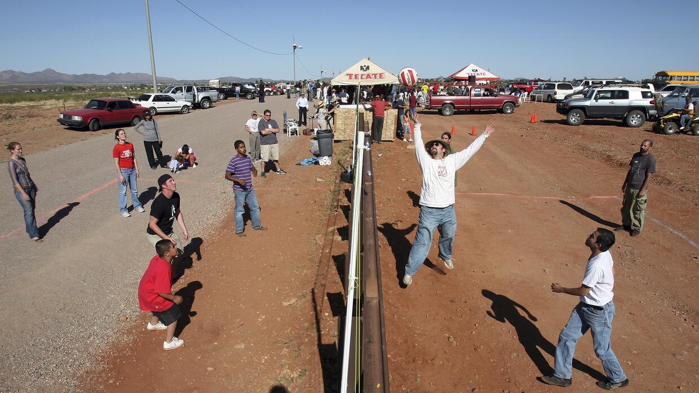 Fotografía del juego de voleibol que se realizó en 2007 entre los poblad...