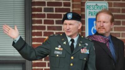 El teniente coronel Terry Larkin no cree que Obama haya nacido en EU por...